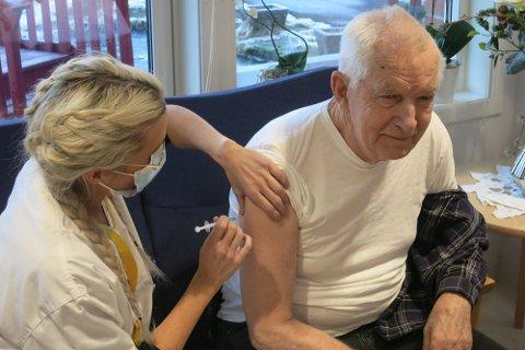 FØRSTE I LUND: Ingolf Øverland (83) ble den første i Lund som ble vaksinert mot koronavirus. Merethe Birkeland, sykepleier og sykehjemsleder, satt vaksinen på Lund omsorgssenter.