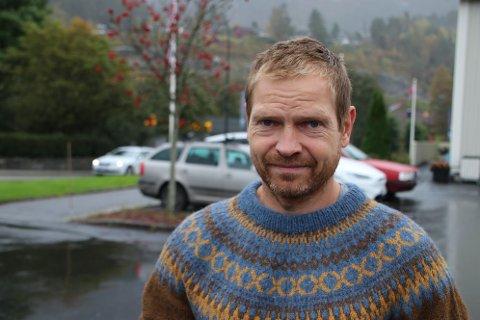 AVVENTENDE: Politikontakt Jon Uleberg i Sirdal har forventninger til at noen av de mange politi-løftene til den nye regjeringen innfris, men han er avventende til når han vil kunne se lokale endringer i Sirdal.