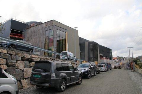 LØNNSOM INVESTERING MED SOLCELLER: Flekkefjord Sparebank Arena er beregnet å få et årlig strømforbruk på 500.000 kwh. Med en investering på 1,3 millioner i et anlegg på 920 kvadratmeter vil solcellene kunne dekke 27 prosent av strømforbruket. Med en strømpris inkludert nettleie på om lag én krone pr. kwh vil anlegget være tjent inn på 8,1 år og gi ytterligere kutt i driftsutgifter (strømutgifter) på om lag 3,5 millioner i løpet av anleggets levetid (med en samlet gjennomsnittlig strømpris/nettleie på én krone pr. kwh.) Tilsvarende gjelder for Ueneshallen og ungdomsskolen.