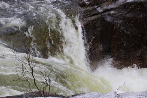 OVERVÅKES: En målestasjon mellom Sirdalsvatnet og Lundevatn skal måle kjemien i vannet og hvor stor påvirkning menneskelig aktivitet har på vannkvaliteten.