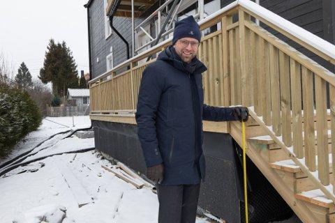 METEREN: Astrup viser her hvor høyt man kan bygge en terrasse på egen eiendom uten å måtte søke kommunen om tillatelse. De nye reglene betyr at man kan bygge inntil én meter over bakken uten søknad.