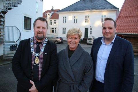 VIKTIG: Ordfører Torbjørn Klungland (Frp), partileder Siv Jensen og stortingsrepresentant Gisle M. Saudland møttes i Flekkefjord i på våren 2020. Saudland slår fast at Siv Jensen har vært viktig for han som politiker.
