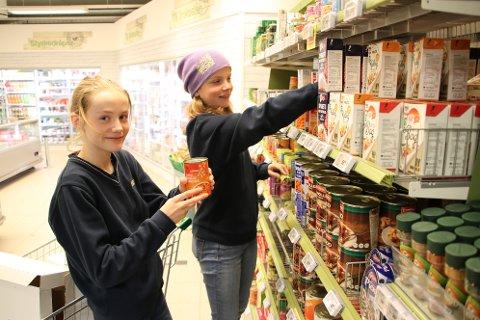 PÅFYLL: Johanna Tjørhom (13) og Frida Nordheim (14) har onsdagsjobb med å fylle opp i hyllene på Joker Sinnes.