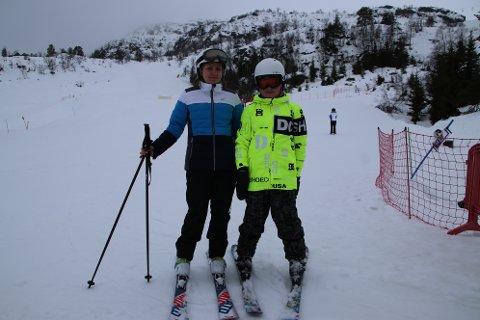 KOSER SEG I BAKKEN: Simon Steffensen og mamma Alla Steffensen fra Lyngdal koser seg i Huldreheimen i Tjørhomfjellet i vinterferien.