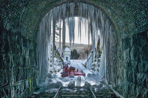 ISKALDT: Den siste tiden har vært iskald, og i tunnelen ved Flikkeid har det fryst på. Det kalde været ser ikke ut til å gi seg helt med det første.