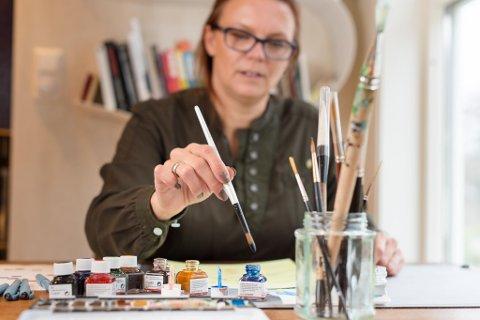 I VERKSTEDET: – Jeg har alltid hatt en matematisk og naturvitenskapelig jobb, men min hobby og avkobling har vært det kreative, sier Lene Danielsen.