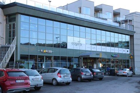 Amfi i Flekkefjord er ett av mange kjøpesenter som opererer med gratis parkering. Det ønsker MDG nå å få slutt på.