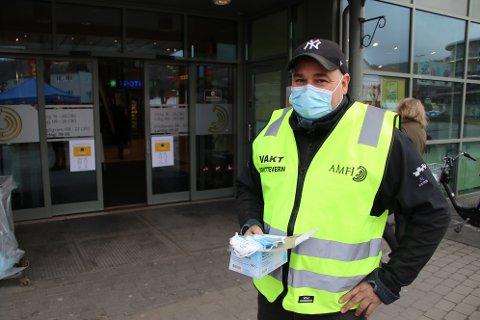 FRIVILLIG: Senterleder Rune Eriksen på Amfi Flekkefjord delte i går ut masker til alle besøkende, men nå er det frivillig
