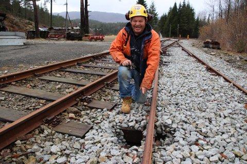 SYNKEHULL: Dugnadsarbeider Bjørn Arvid Nilsen i Flekkefjordbanens Venner viser frem hullet under sidesporet på Flikkeid stasjon som omtales som et «synkehull».