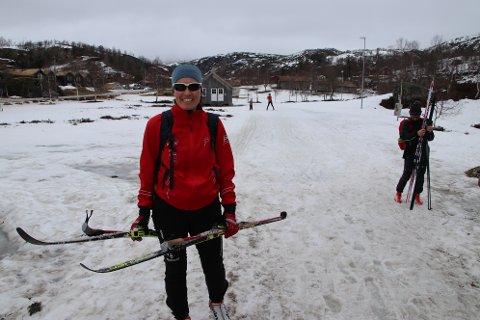 – Det er ikke mer snø enn det må være, og det er nokså vått i løypene her nede ved kafeen, men det går fortsatt an å gå på ski, forteller Otilie Oftedal fra Sandnes til Agder.