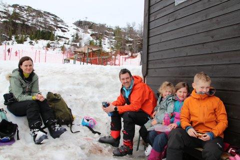 PÅ DAGSTUR: Benedicte Heinnes, Evind Lutentun og barna Tiril (4), Oda (7) og Jonas (10) kjørte på dagstur fra Sola til Sinnes for å finne påskesnø.