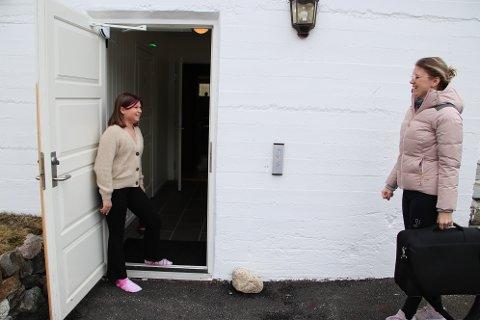 INN I KJELLEREN: Sofie (11) viser mamma Anne Margrethe Ree Sunde inn i kjelleren på Kvævemoen kapell der familien skal ha sin base denne påsken.
