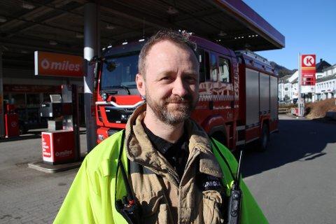 KLAR OPPFORDRING: Utrykningsleder Frode Grindland i Brannvesenet Sør i Kvinesdal oppfordrer folk til å melde fra til brannvesenet før man brenner eller svir.