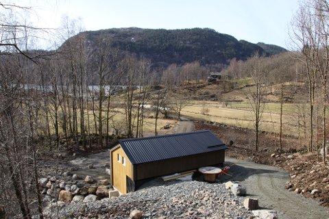 FLIKKA KRAFTVERK: Mellom E39 og bebyggelsen på Flikka ligger Flikka kraftverk.