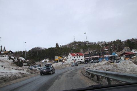 KNUTEPUNKT: GP-krysset på Sinnes, der trafikken fra Hunnedalen møter trafikken fra Sinnes og Tonstad, er et av de mest travle knutepunkt i påsken. Det gjør at det også er et sted der det kan skje hendelser som politiet må ta seg av.