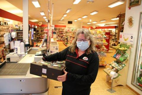 GODT UTVALG: Med varer og maske på plass er butikksjef Gunn Siri Ousdal klar for påskehandel og vårhandel i Nærbutikken Omlid.