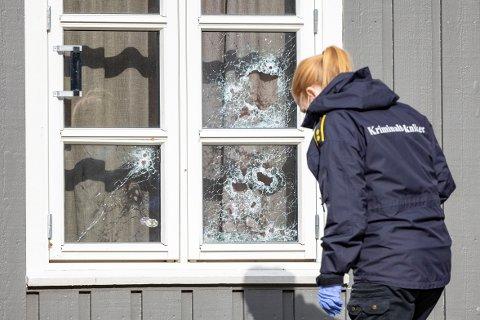 ETTERFORSKER: Politiet i arbeid på Brennåsen der en mann i 20-årene ble skutt.