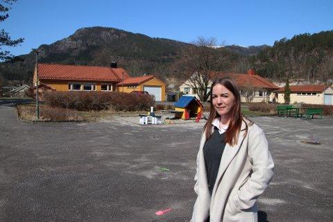 STOR JOBB: Eiendomsmegler Marita Lervik i Aktiv Sørlandet har fått en stor jobb av Sira-Kvina når hun skal selge 18 boliger på Tonstad. Her i «Sira-Kvina-feltet» vest for rådhuset.