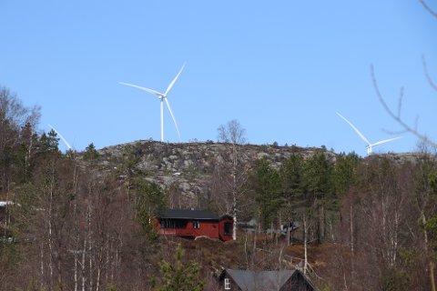 FRA KRÅGELAND: Det er spesielt tre turbiner i Tonstad vindpark som er synlige fra Krågeland. Hytteeiere krever disse fjernet, men det avvises av Norges vassdrags- og energidirektorat (NVE)