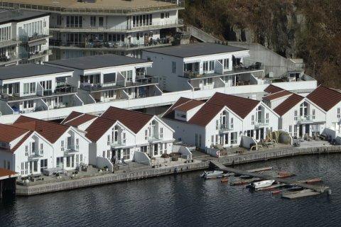 SKAL HA TILGANG: Blokkene bak den ytterste raden med hus i Dannevika skal ha tilgang til båtbrygga/ badebrygga via gangveien mellom husene midt på bildet.