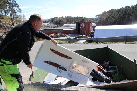 PÅ KANTEN: Driftsleder Geir Morten Lønning på Erikstemmen er glad for at også hardplast nå kan resirkuleres. Denne hardplastdelen med innslag av både speil og metalldeler er imidlertid litt på kanten å legge i hardplastcontaineren.