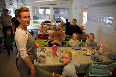 KLAR FOR LUNSJ: Kjøkkenassistent Karin Mydland og de minste barna i Litledalen Barnehage er klar for lunsj.