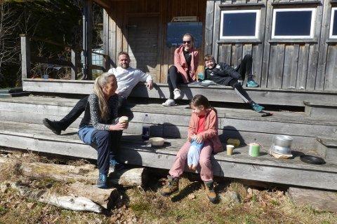 PÅSKETUR: Familien Vinningland på tur. Bak sitter Terje, Maiken og Matteo. Foran Grete og Marin (7) med dokka Lilly.