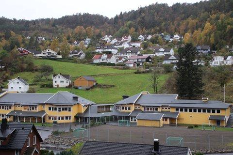 KAN BLI LAGT NED: – I Flekkefjord sentrum vil det være nærliggende å tenke at en reduksjon på 3,6 – 4,6 millioner eller mer i budsjett og 40-50 elever på Søyland og Sunde vil føre til at Søyland skole må vurderes lagt ned, fremholder kommunalsjef Svein Hansen. (Han har imidlertid tidligere brukt det samme argumentet på grunn av lave elevtall de kommende årene uten at dette var knyttet til etablering av Oasen skole)