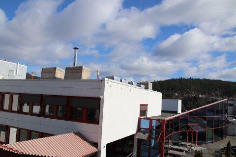 KLART FOR MONTERING: Innen 1. juni skal 320 kvadratmeter med solcellepanel være montert på Flekkefjord videregående skole.