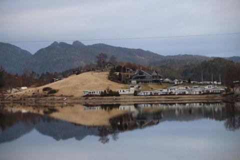 VED RUNDBALLENE: Det er dalene der de hvite rundballene ligger vest for Egenes camping (til venstre i bildet) som er tenkt brukt som midlertidig skoleområde. Foto: Svein Løvland