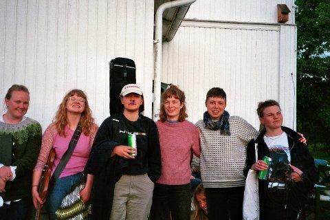 DEBUTALBUM: Sliteneliten, bestående av blant andre flekkefjæringen Maria Refsland (cirka i midten), debuterer med albumet «Sliteneliten».