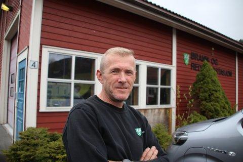 LITE IMPONERT: Ivar Skreå har selv arbeidet noen år i Sira-Kvina som snekker før han ble brannsjef og ansatt i teknisk etat i Sirdal kommune. Han er lite imponert over sin tidligere arbeidsgiver.