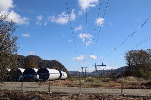 FRA ØYE TIL BUHEII: Transporten av turbindeler til Buheii starter denne uken. Tårndeler ligger klar på Øyesletta.