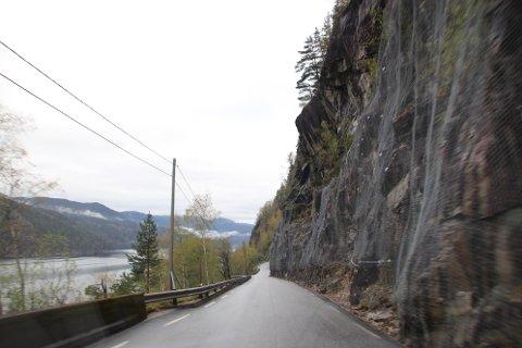 FARLIG: Området sør for Gåsehellertunnelen i Valevika er utsatt for nedfall av is og stein. Fra 2000 til 2020 er det registrert til sammen 33 skredhendelser.