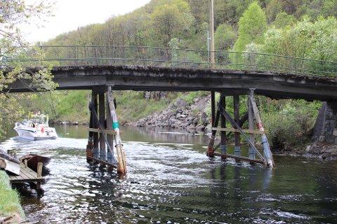 FORSTERKET I FJOR: Et kostnadsestimat på 15 millioner kroner for å utbedre broen over Løgane på Loga i Flekkefjord beskrives som usikkert. Det ble i fjor gjort midlertidige forsterkninger av broen.