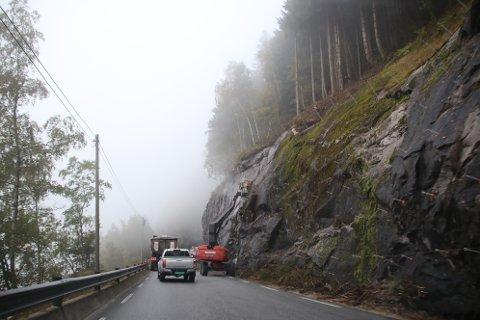 SIKRING: Sikring av fjellskjæringer som her langs fylkesvei 42 sør for Gåsehellertunnelen i Sirdal er noe av det som det er mest etterslep på i Agder.