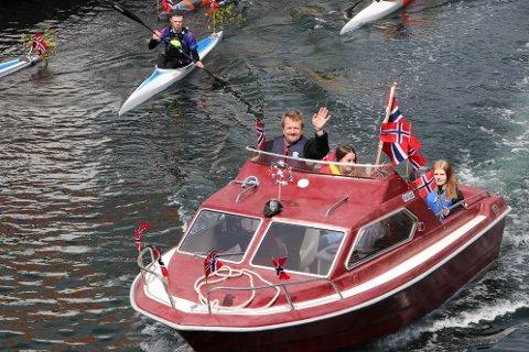 BRA VÆR I FJOR: Ordfører Torbjørn Klungland (Frp) leder også i år an bortkortesjen med sin røde båt. Det var bra vær under fjorårets feiring