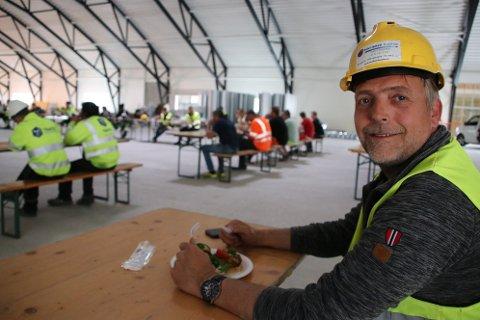 RØRARBEID: – Vi er 12 faste i den lokale røravdelingen til Tratec i Flekkefjord. Vi har måttet leie inn litt ekstra i år som vi har 6-7 ansatte her på flerbrukshallen, forteller prosjektleder Johnny Husebø fra Tratec Teknikken til Agder.