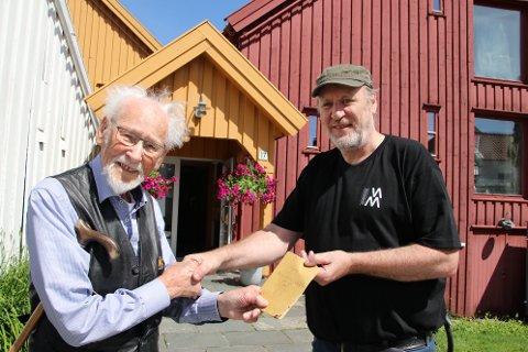OVERREKKELSE: Tønnes Hammersmark (98) overleverte en salmebok fra 1870-tallet til museumsbestyrer Arild Johannessen.