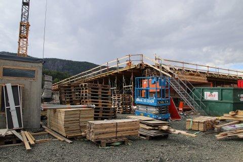 DET BYGGES: Også i Kvinesdal er en av BRG sine byggekraner på plass. Arbeidene med Kvinesdal omsorgssenter i Stadionvegen har startet.
