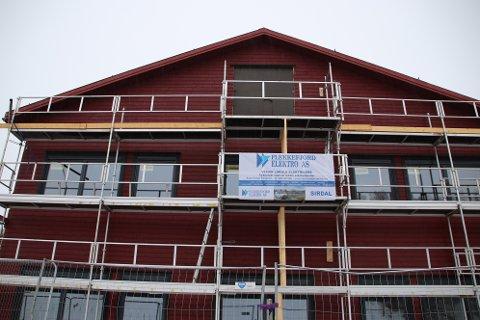 SNART FERDIG: Første byggetrinn på Sinnes skule er et nybygg i to etasjer med undervisningslokaler i første etasje og personalfløy i andre etasje.