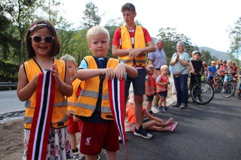 FIKK VÆRE MED: Vegar Dalsbotn og Leah Son Grimsby fra Tonstad barnehage fikk være med å holde i snoren da gangveien skulle åpnes. Etterpå fikk de beholde hver sin del av det fine båndet.