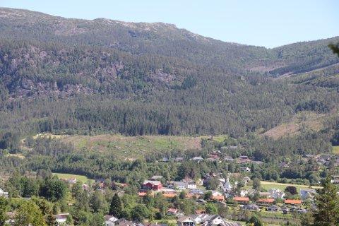 KNAUSANE: Feltet som er hogd ut (midt i bildet) i nærheten av Josdalsveien og Tonstadli på Tonstad skal kunne være et påbegynt boligfelt allerede neste sommer.