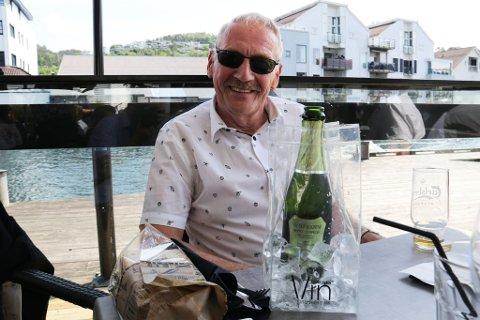 75 ÅR: Bernhard Knutsen som ble 75 år i går koste seg på Kaffebørsen sammen med gode venner.