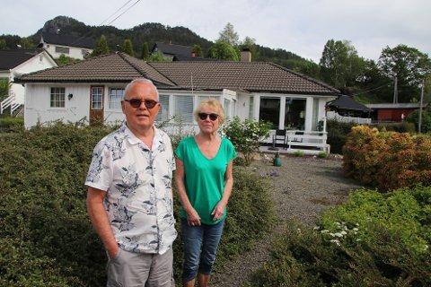 LENGST MULIG: Ole Johan Hana (75) og Tone Vinje Hana (74) bygde hus på Øvreid i Flekkefjord i 1978. De ønsker å kunne bruke huset lengst mulig og har nylig byttet ut kjellertrappen med en heis.