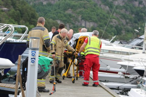 BÅRET UT: Mannen som falt i vannet, ble båret ut på båre etter å ha blitt reddet opp av vannet.