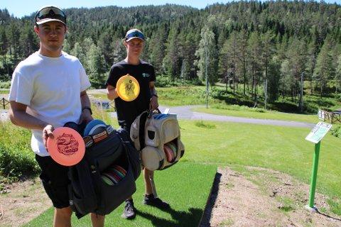 BARE KOM: Håvard Haugen og Bjørnar Kongevold Bjørnestad oppfordrer alle som har lyst til å komme å prøve seg på disc-golf, eller frisbee-golf helt gratis på Feed skiarena.