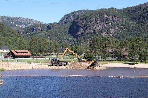 BADEPARK: Området der arbeidet blir gjort og badeparken skal etableres har vært en populær badeplass på Tonstad tidligere, men det har samlet seg litt mye sand og grus.