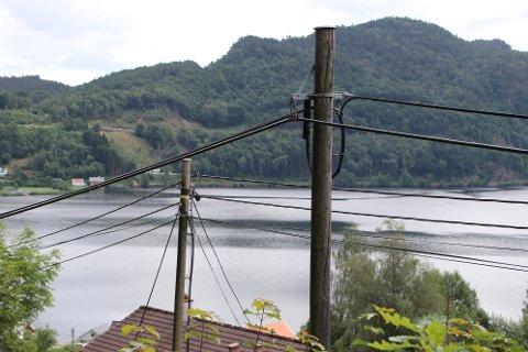 FLIKKA: Det har tatt sin tid for Telenor å få på plass fiber på Flikka i Flekkefjord.  Når det nå trekkes frem både via stolper og noen steder i jorden opplever noen at også regningene som trekkes er for både den gamle og ned nye internett-forbindelsen. Telenor  forsikrer om at slik skal det ikke være.