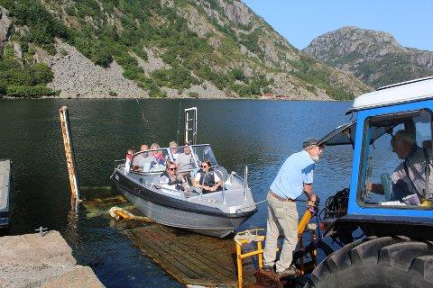 FORNØYD: Båtturistene på denne fritidsbåten var godt fornøyd med sin første tur over Listeid i helgen.